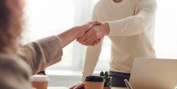 парень и девушка пожимают руки